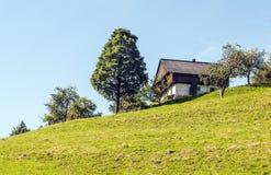 Casa de madeira nas montanhas dos cumes Imagem de Stock Royalty Free