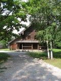 Casa de madeira no campo em Rússia Imagens de Stock