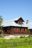 A casa de madeira no estilo rural Fotografia de Stock