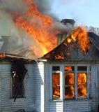 Casa de madeira no incêndio Imagens de Stock