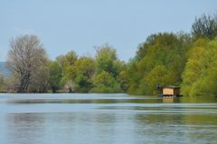 Casa de madeira no rio Foto de Stock Royalty Free