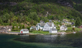 Casa de madeira norueguesa no fiorde fotografia de stock royalty free
