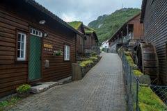 Casa de madeira norueguesa tradicional Casa norueguesa típica Casa norueguesa típica com grama no telhado fotos de stock