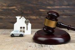 Casa de madeira, o martelo do juiz do carro no fundo de madeira compra, venda de bens imobili?rios carca?a imagens de stock royalty free