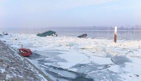 Casa de madeira prendida no rio congelado Danúbio Imagem de Stock