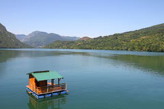 Casa de madeira que flutua no rio de Drina Fotos de Stock Royalty Free