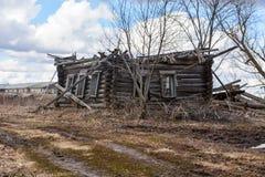 Casa de madeira sem um telhado na vila extinto Fotografia de Stock