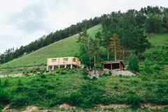 Casa de madeira sob a construção nas montanhas imagens de stock