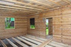 Casa de madeira sob a opinião do interior da construção Foto de Stock