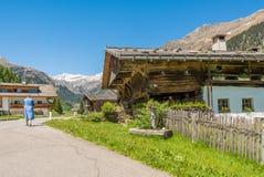 Casa de madeira típica em uma vila dos cumes no vale de Ridnaun/vale de Ridanna - país de Racines - perto de Sterzing/Vipiteno, T Imagens de Stock