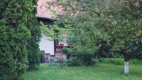 A casa de madeira tradicional, construída recentemente, respeita inteiramente conceitos arquitetónicos locais imagem de stock