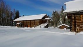 Casa de madeira tradicional do camponês do russo filme