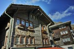 Casa de madeira tradicional no recurso de Zermatt, Suíça Fotos de Stock