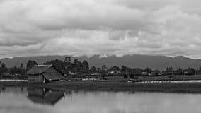 Casa de madeira tradicional tailandesa perto da lagoa foto de stock