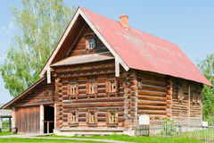 Casa de madeira Two-storey de um fazendeiro rico. Imagens de Stock