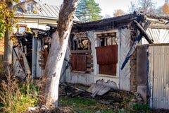 Casa de madeira velha após um fogo na cidade de Borovsk, Rússia fotos de stock