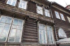 Casa de madeira velha, Barnaul, região de Altai, Rússia, Foto de Stock