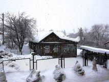 Casa de madeira velha bonita do vintage na queda de neve foto de stock royalty free