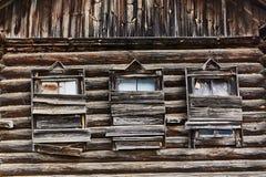 Casa de madeira velha com embarcado-acima fotos de stock