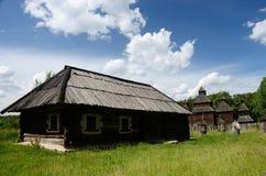 Casa de madeira velha com a igreja da ressurreição de Poltavshina REGIO Imagens de Stock