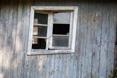 Casa de madeira velha com janelas quebradas Fotos de Stock Royalty Free