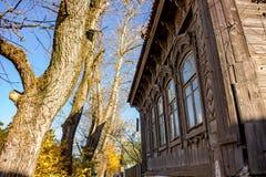 Casa de madeira velha da arquitetura tradicional Borovsk, Rússia Em outubro de 2018 imagens de stock