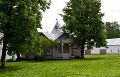 Casa de madeira velha dentro do Kremlin Rússia de Vologda imagens de stock royalty free