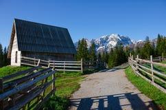 Casa de madeira velha em Montenegro Estrada, cerca, montanhas e floresta próximo Fotos de Stock Royalty Free