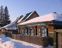Casa de madeira velha em uma paisagem Siberian distante do inverno da vila fotos de stock