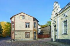 Casa de madeira velha em Ventspils em Letónia na mola fotos de stock