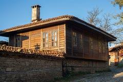 Casa de madeira velha em Zheravna (Jeravna) A vila é uma reserva arquitetónica do período nacional búlgaro do renascimento (18o e Foto de Stock