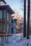 A casa de madeira velha na floresta do inverno Fotos de Stock Royalty Free