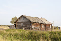Casa de madeira velha na vila Foto de Stock Royalty Free