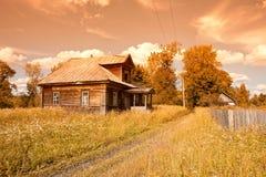 Casa de madeira velha na vila do russo Fotografia de Stock