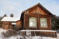 Casa de madeira velha na vila do russo Fotografia de Stock Royalty Free