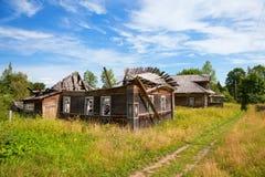 Casa de madeira velha na vila russian Fotos de Stock