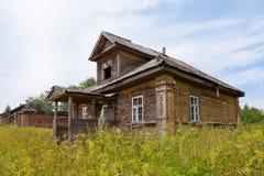 Casa de madeira velha na vila russian Imagens de Stock