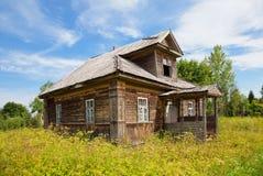 Casa de madeira velha na vila russian Fotografia de Stock