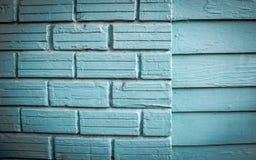 Casa de madeira velha o azul brilhante pintado Fotografia de Stock