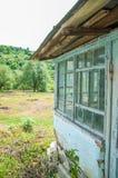 Casa de madeira velha perto da floresta e do gramado imagem de stock royalty free