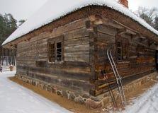 Casa de madeira velha tradicional em Letónia Fotos de Stock Royalty Free