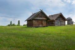 Casa de madeira velha, uma cabana velha no campo, fora da cidade de Kiev, Ucrânia fotografia de stock royalty free