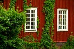Casa de madeira vermelha Imagens de Stock Royalty Free