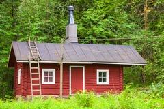 Casa de madeira vermelha escandinava tradicional Fotos de Stock Royalty Free