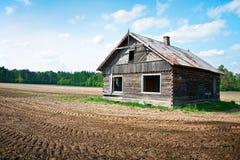 Casa de madera abandonada imagenes de archivo