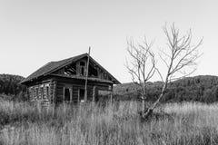 Casa de madera abandonada en Rusia Foto de archivo libre de regalías