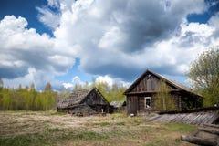 Casa de madera abandonada en un pueblo abandonado Foto de archivo