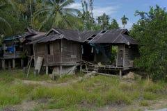 Casa de madera abandonada vieja del pueblo Imagenes de archivo