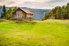 Casa de madera abandonada vieja en un fondo de las montañas noruegas Imagen de archivo libre de regalías