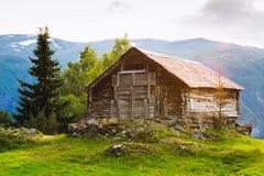 Casa de madera abandonada vieja en un fondo del Fotos de archivo libres de regalías